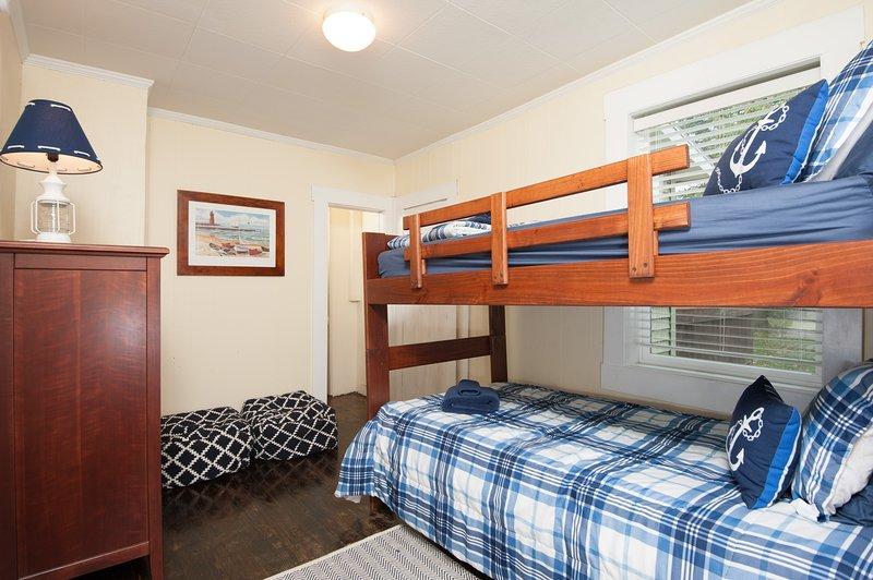 Chambre 2 a un lit superposé avec deux lits jumeaux.