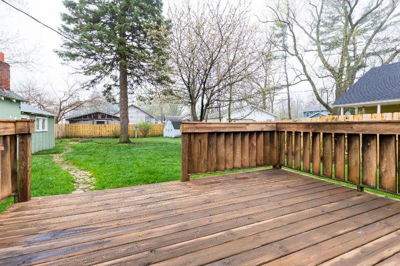 pont arrière au printemps, avant la table à manger et barbecue ont été mis en évidence pour la saison.