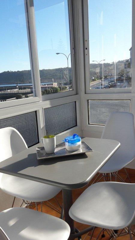 Um café com vista para o mar e desfrutar de uma manhã ensolarada dezembro