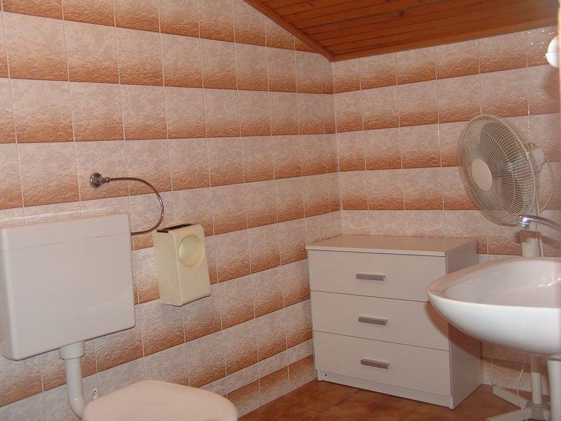 SA4 (2 + 2): baño con inodoro.