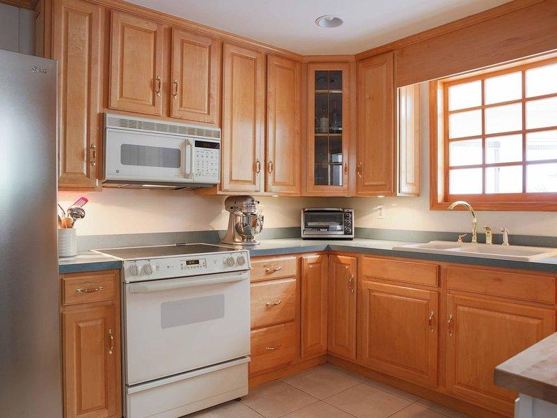 Cocina - totalmente equipada. Ahora tiene nueva estufa de gas y microondas nuevo.