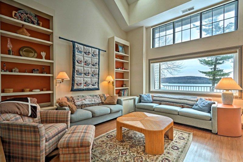 Ingrese al modo de relajación hospedándose en este apartamento en Lake Harmony.