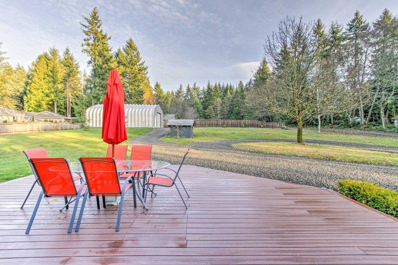 Rilassati sulla tua terrazza privata con vista sul bellissimo cortile.
