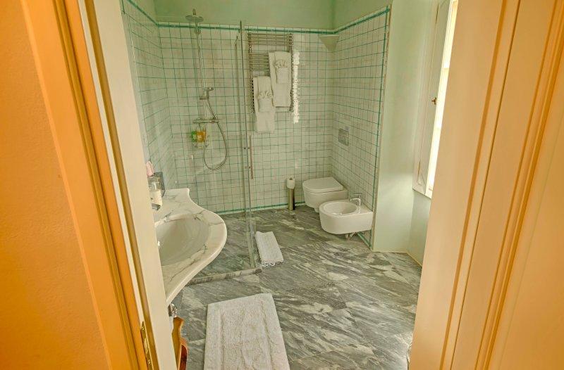 baño-whitegrntile