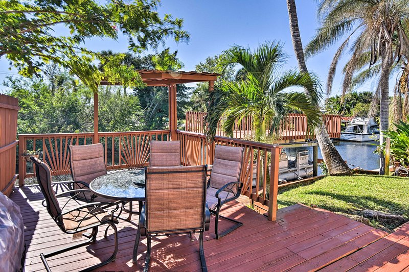 Waterfront Merritt Island Home w/ Furnished Deck!, alquiler vacacional en Cocoa