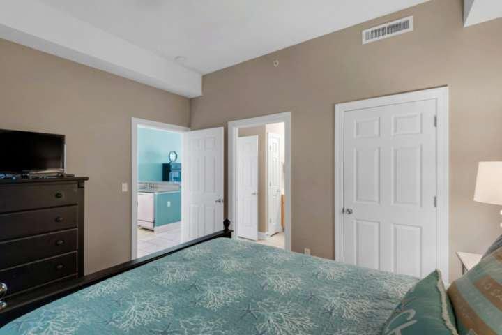acesso conveniente para o banheiro de hóspedes a partir deste segundo quarto.