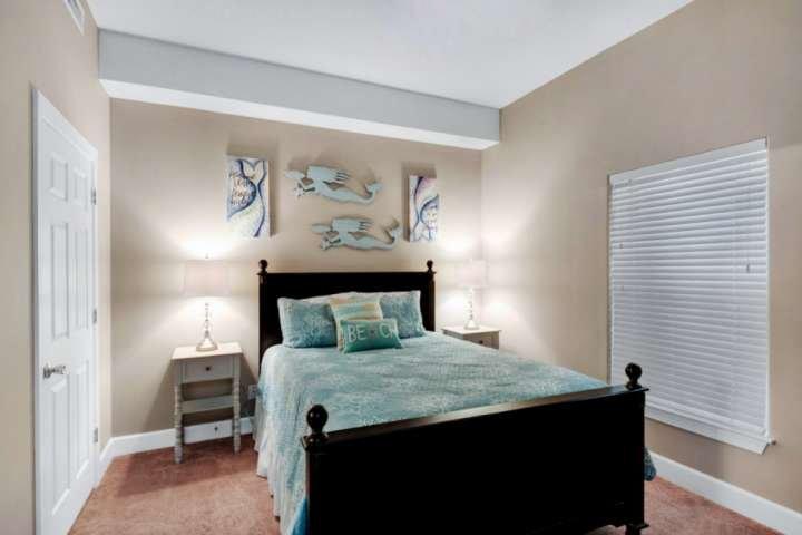 Segundo quarto com uma cama queen size.
