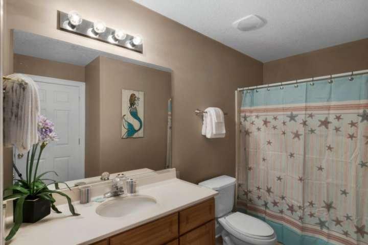 Banheiro de hóspedes oferece uma combinação banheira / chuveiro