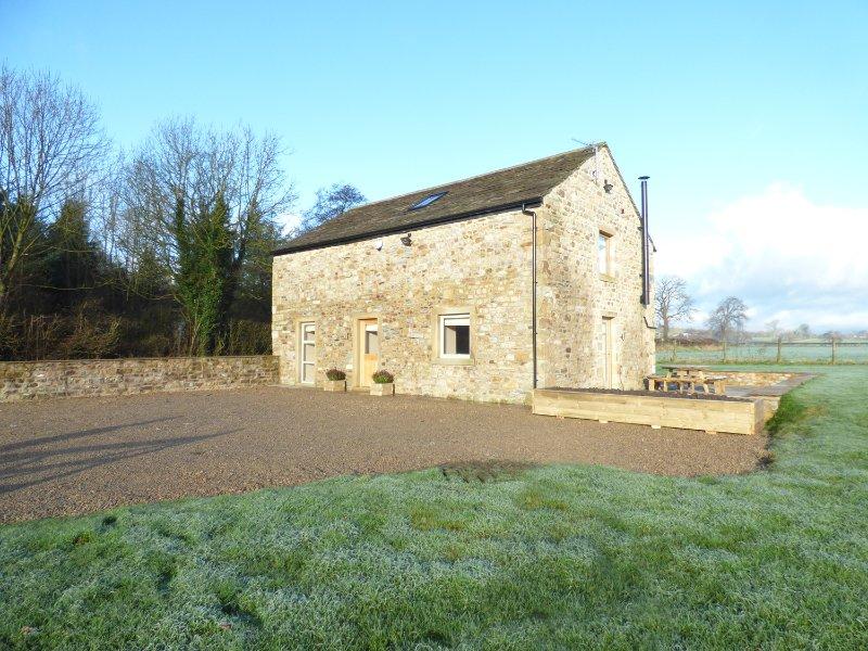COW HILL LAITH BARN, barn conversion, woodburning stone, panoramic countryside, casa vacanza a Waddington