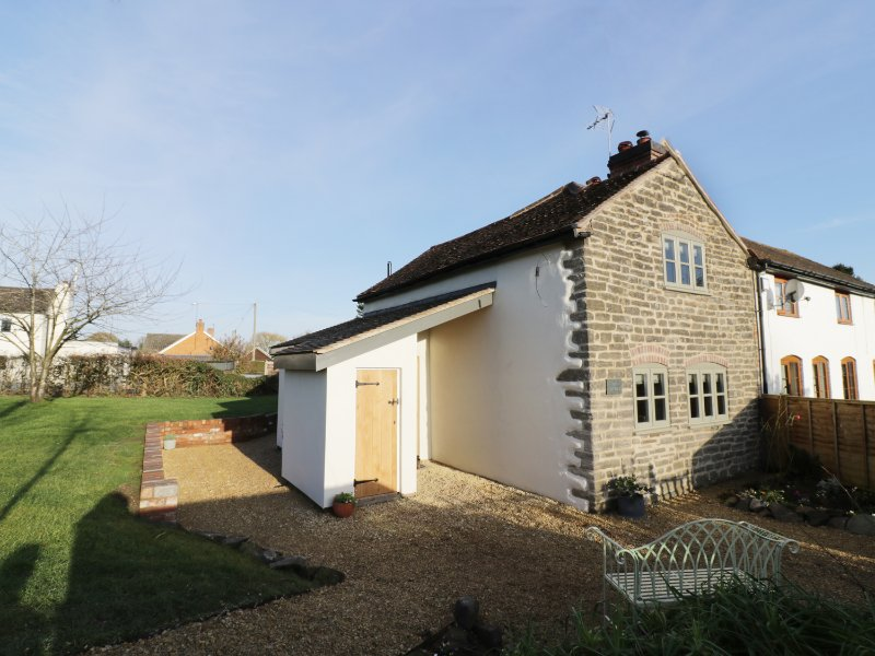 IVY COTTAGE, stone-built, Malvern Hills AONB, Malvern 6 miles, Ref 969572, holiday rental in Cradley