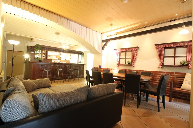 ※ Casa BARvaria ※ Incredible 8BR ※ 300 sqm ※ With a BAR ※, holiday rental in Oberhaching