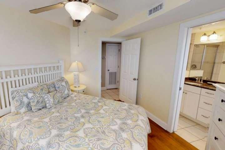 La chambre des maîtres relaxante avec lit queen et salle de bains.