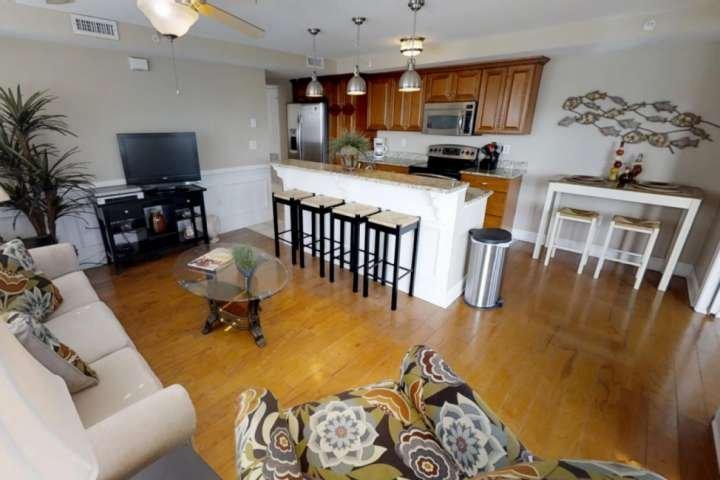 Sala de estar incluye amplios asientos para relajarse y comer.