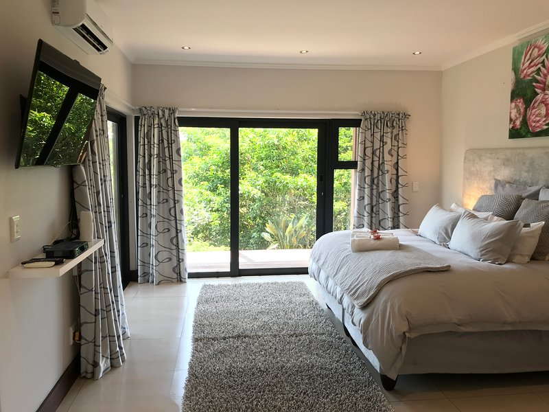ROCABELLA LUXURY SUITE WITH OWN PRIVATE ACCESS IN SIMBITHI ECO ETATE, casa vacanza a Salt Rock