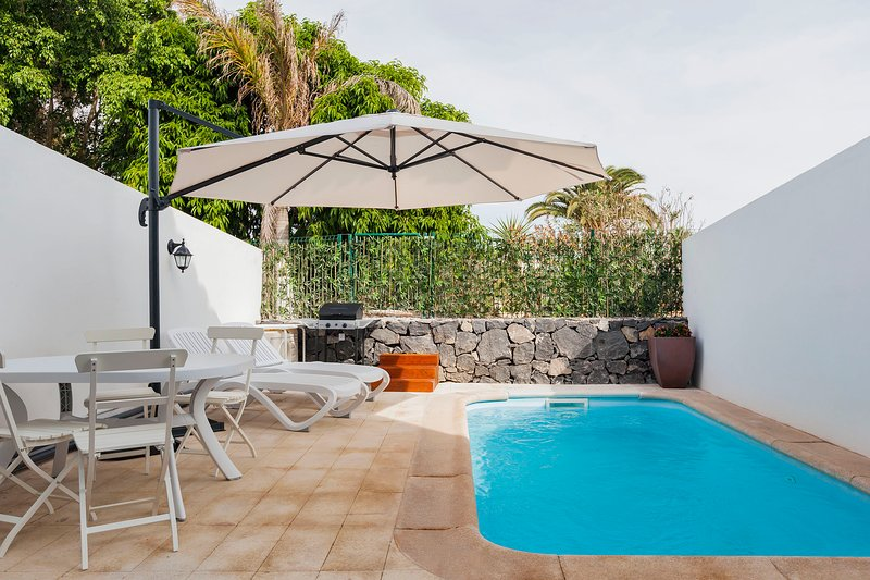 Luxury townhouse with heated pool!, holiday rental in Guargacho