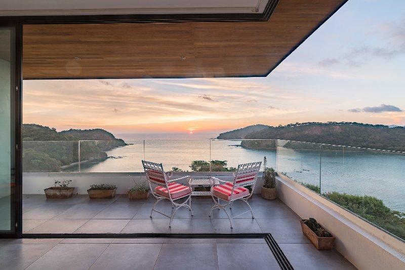 Casa Sueño Real Luxury Modern Villa with Amazing Ocean View, holiday rental in Playa Maderas