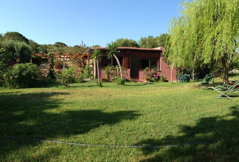 Cottage op het zuiden; nota overdekte veranda, grenzend aan de linkerkant.