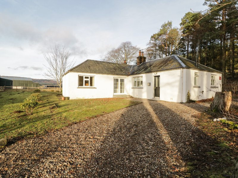 WHITE HILLOCKS COTTAGE, countryside views, near Cairngorms, pet-friendly, Ref, vacation rental in Murthill