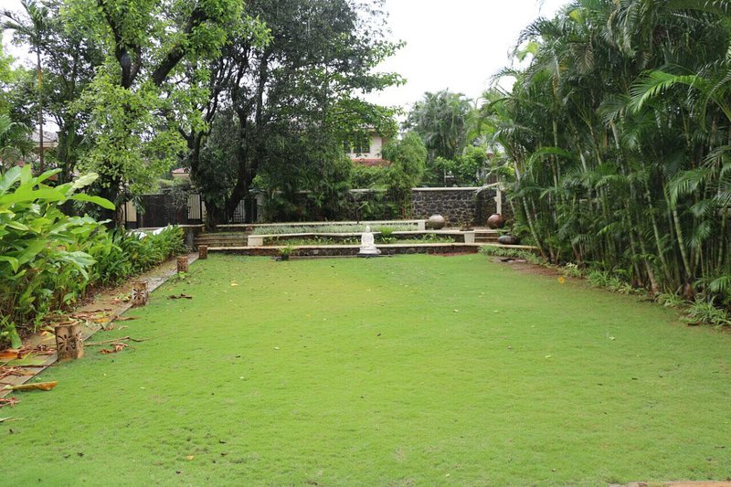 3 BHK Villa with swimming pool, lawns, games den, disco., location de vacances à Khandala