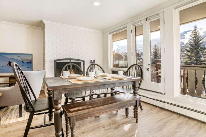 Disfrutar de las vistas en la mesa de comedor con capacidad para 6 personas.