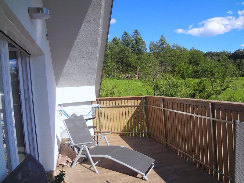 Ein Sonnenbad Stuhl auf dem Balkon