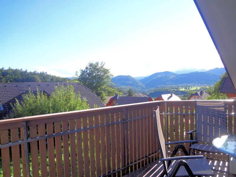 Der Balkon hat wirklich eine schöne Aussicht.