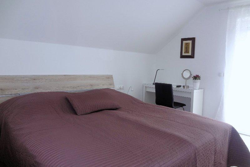 Doppelbett im 1. Schlafzimmer