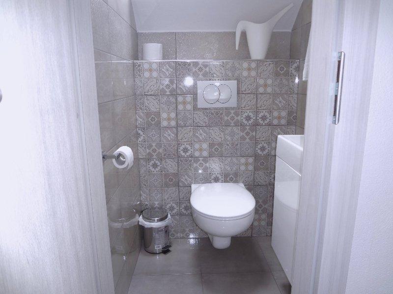 Eine zweite separate Toilette