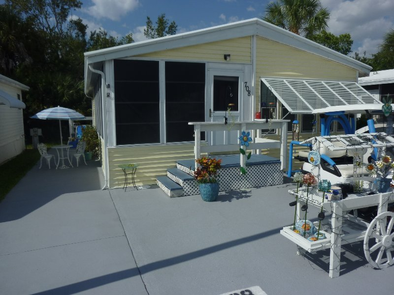 Lake View - Fort Myers Beach Resort Home w/ Fully Furnished, holiday rental in Fort Myers Beach