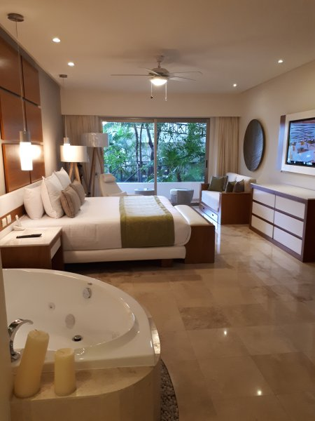 Studio Suite either 1 kingsize bed or two  double beds, jacuzzi,full badroom ,safetybox, balcony,a/c