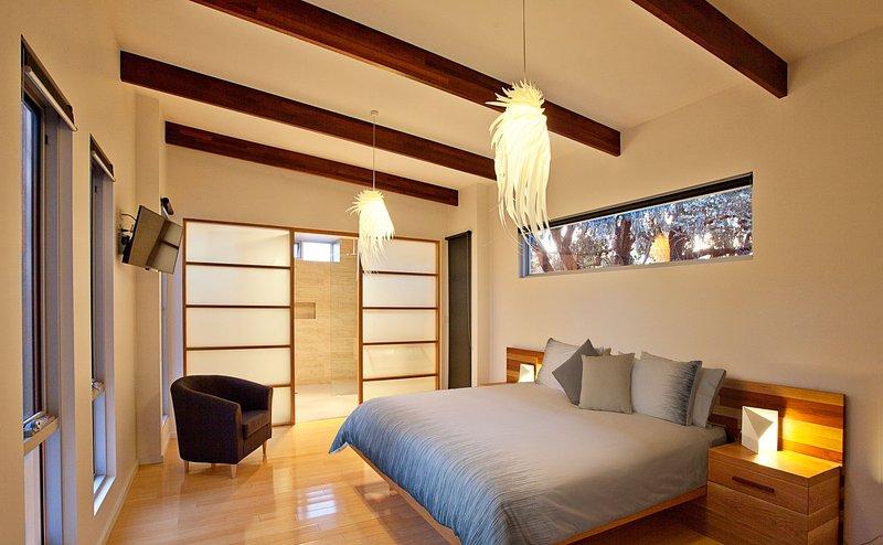 Dairy dormitorio con cama de Jimmy Smith con baño.