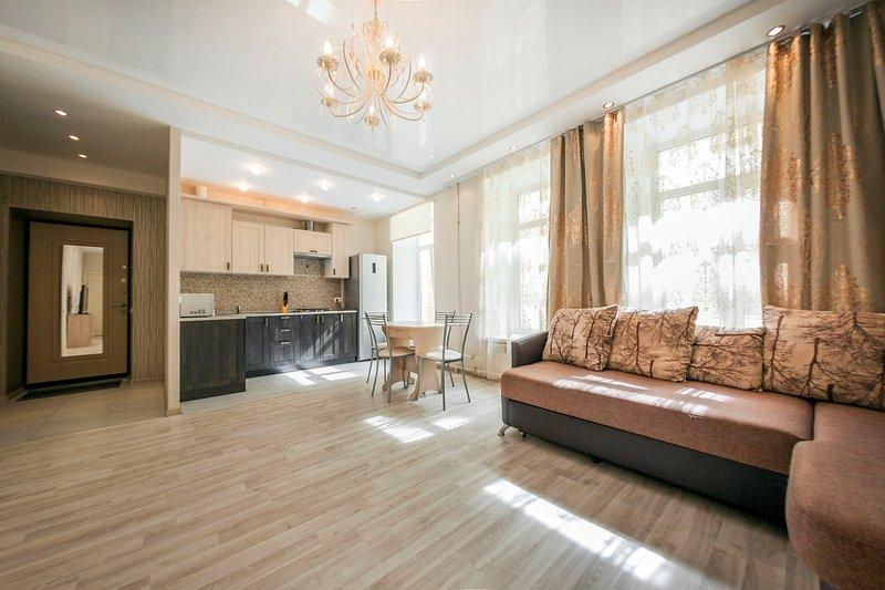 Ampio soggiorno con zona cucina