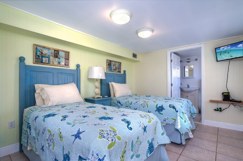 Twin Bedroom with TV, bathroom and closet