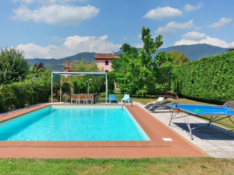 Exclusive villa, huge swimming pool and flowered garden with brick bbq!, alquiler de vacaciones en Capannori