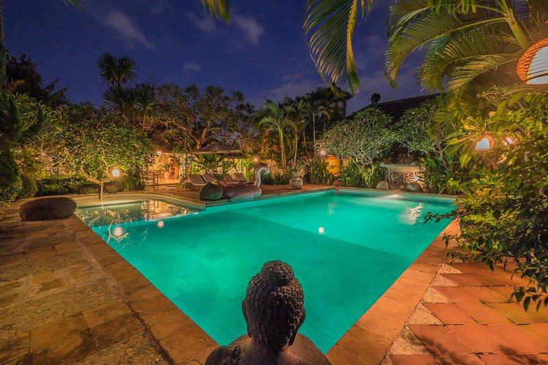 Large 3BR villa with huge pool, close to Seminyak, location de vacances à Kerobokan