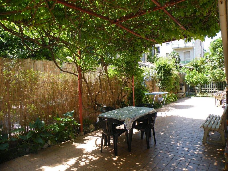 patio pavimentado para relajarse, barbacoa, secadora, etc.