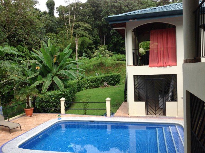 Jungle retreat, with luxuries, Casita, I bdrm, pool, AC, quiet, 5 min to beaches, location de vacances à Uvita