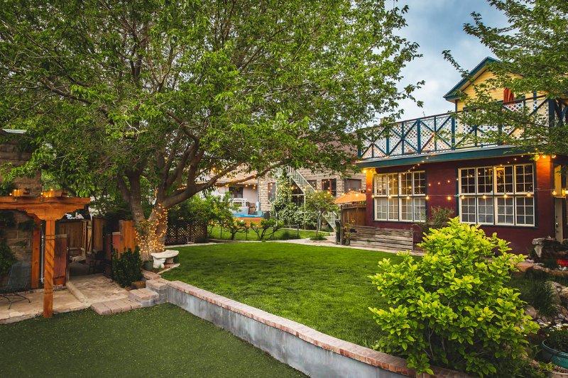 Compartida mayor espacio en el patio con una cama y desayuno. Muestra puerta que conduce a la puerta principal.
