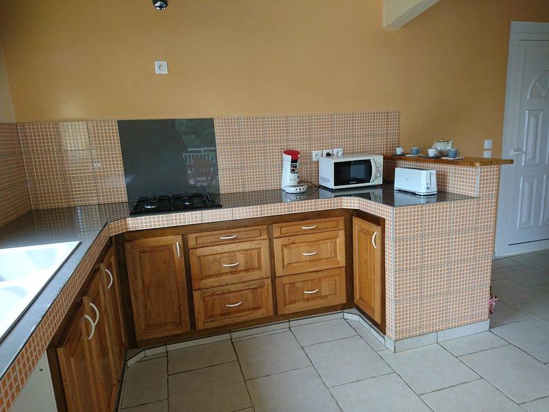 La cucina attrezzata con forno a microonde e macchina per il caffè