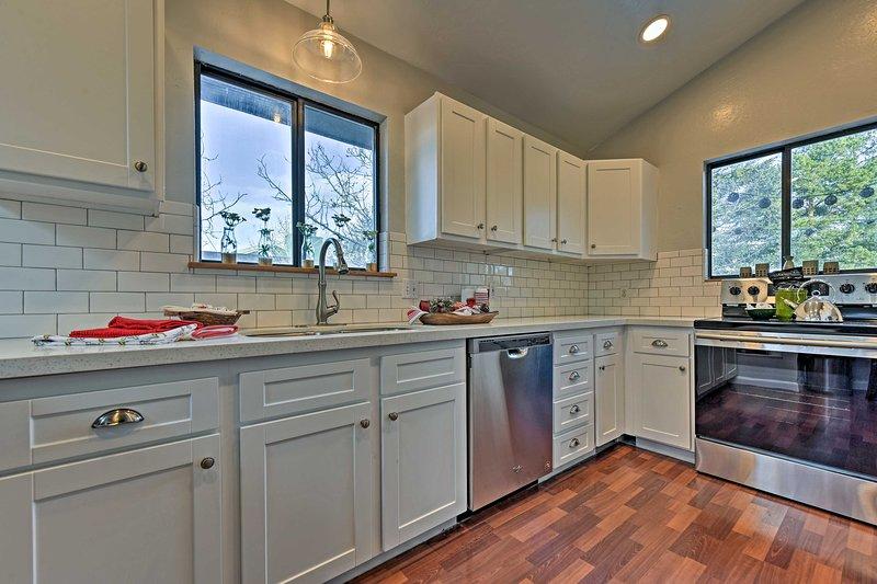 Usted disfrutará de una cocina moderna con todo lo necesario para cocinar.
