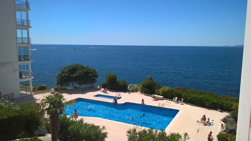 terraza con vistas a la piscina y vistas al mar