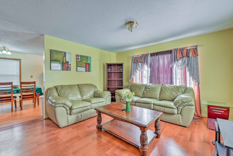 Explore Minneapolis effortlessly while staying at this 5-bed, 2-bath house!