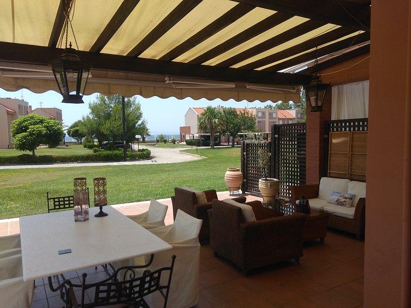 Family-friendly Beachfront villa, 3 bedrooms, 2 baths, sleeps 7 (+1), aluguéis de temporada em Paradisos