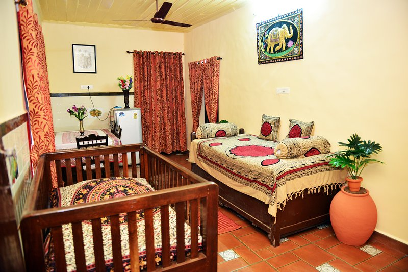 Misquita Holiday Home Extension room sleeps upto 6, holiday rental in Benaulim