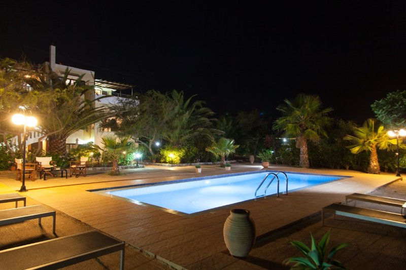 Beautiful 3-bedroom villa with pool near the beach, alquiler vacacional en Stavros