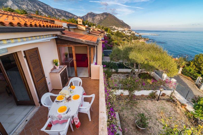 CASA LIMONI:  casa con spettacolare vista e vicinissima mare, 11 persone, holiday rental in Cala Gonone