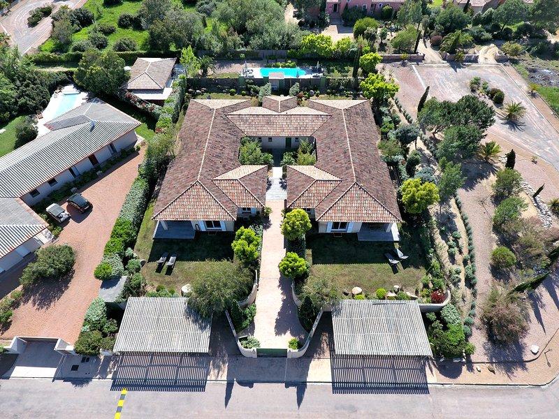 Villa Rossa 1, 4* climatisée 3 chambres au calme plage à pied piscine chauffée, location de vacances à Lecci