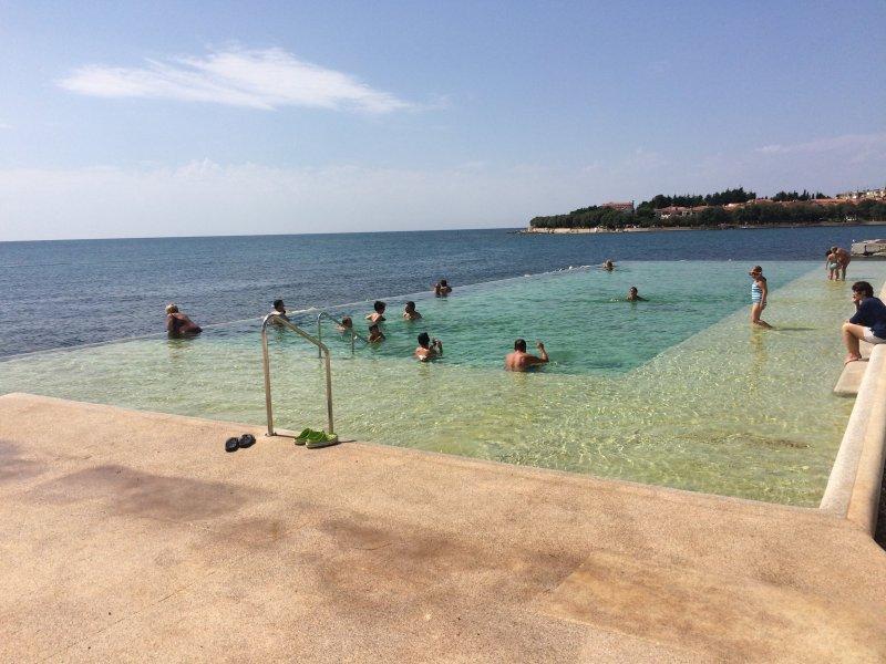 piscine à débordement à proximité