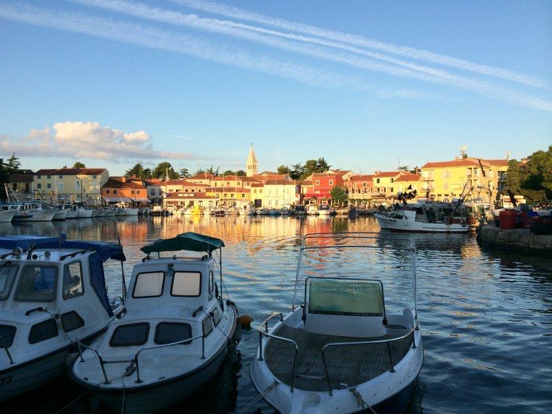 Port tranquille avec des restaurants Waterside