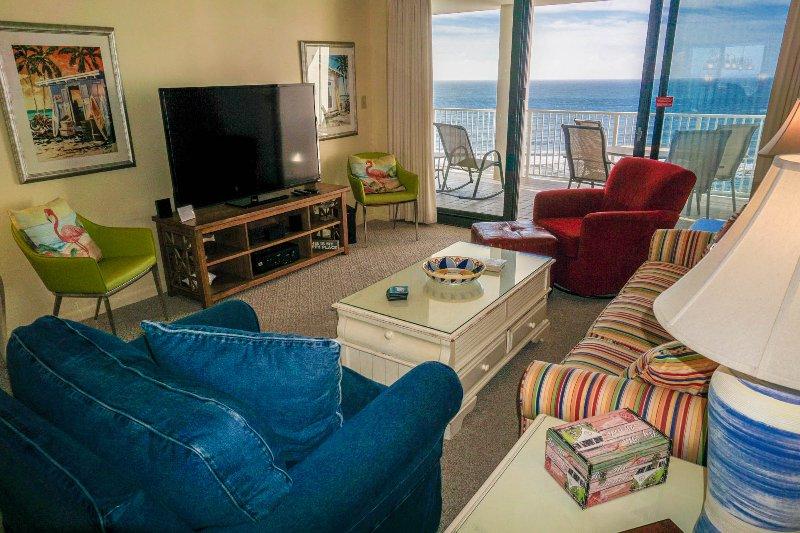 Praia sala da frente com 60 polegadas HDTV com som surround e bluetooth.